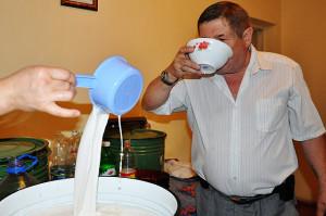 Фото употребления кумыса, otyrar.kz