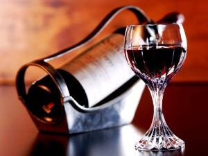 На фото - подготовка к употреблению красного вина, drive2.ru