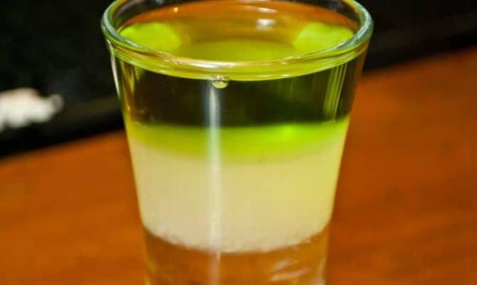 Коктейль Зеленый мексиканец – бодрящий слоистый шотдринк