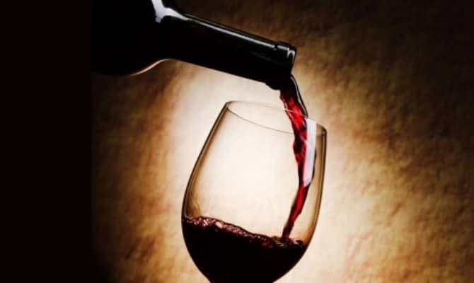 На фото - красное итальянское вино Санджовезе