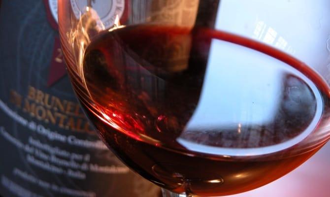 На фото - вино из винограда Санджовезе