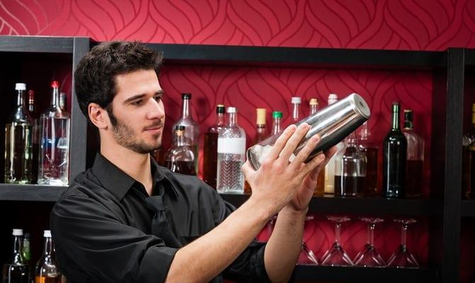 Приготовление коктейля барменом