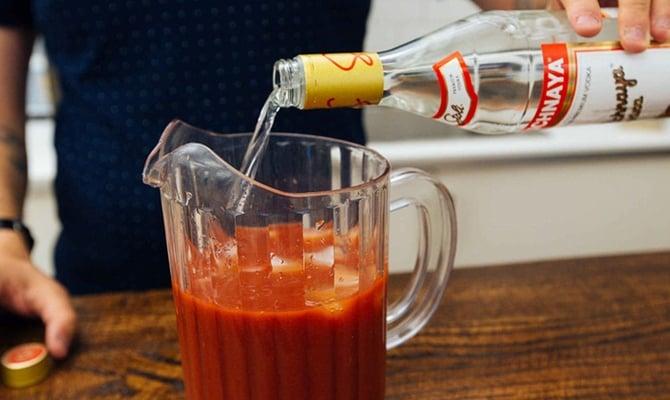 Приготовление коктейля Кровавая Мэри