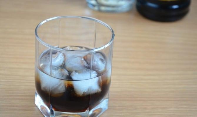 Черный русский коктейль со льдом
