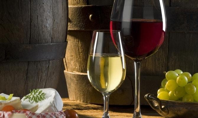 Алкогольный напиток: вино белое полусладкое