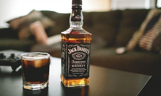 dzhek deniels kak pit 1 - Как правильно пить виски Джек Дэниэлс