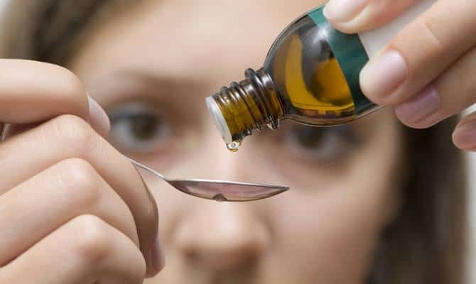 Как приготовить настойку прополиса и как правильно полоскать ей горло?