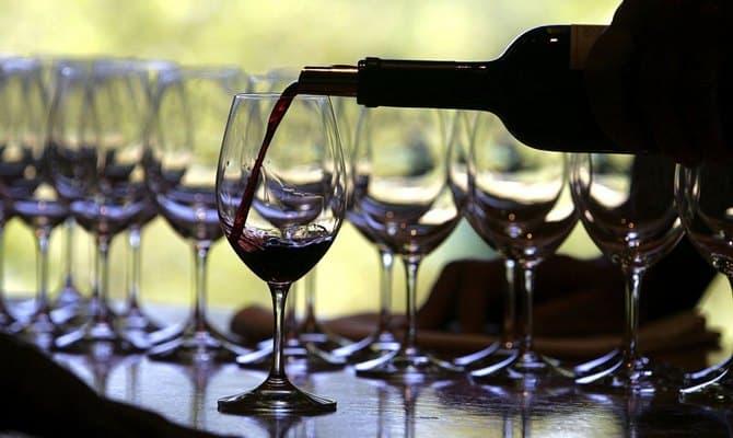 Напиток вино красное полусладкое и его разновиднотсти