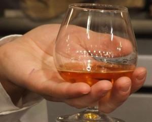На фото - как пить дорогой бренди, pochemuha.ru