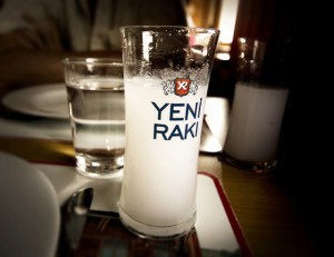 На фото - напиток ракы, love-turkey.ru