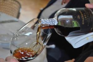 На фото - как пить портвейн правильно, forum.polismi.org