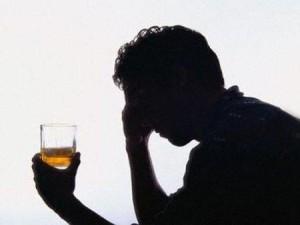 На фото - употребление алкоголя, zavisimost03.ru