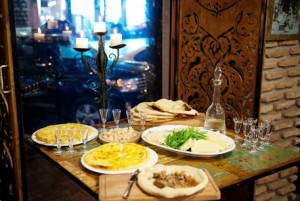 На фото - закуска к белому сухому грузинскому вину, traveloutthere.com