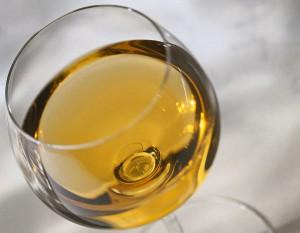 На фото - бокал белого вина, daler.ru