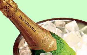 На фото - белое игристое вино из Шампани, optika4.ru