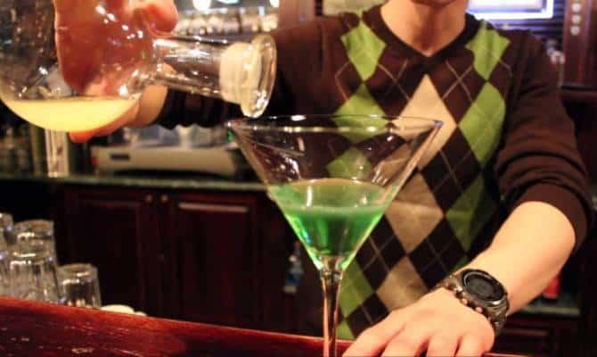 Фото приготовления коктейля Зеленый мексиканец