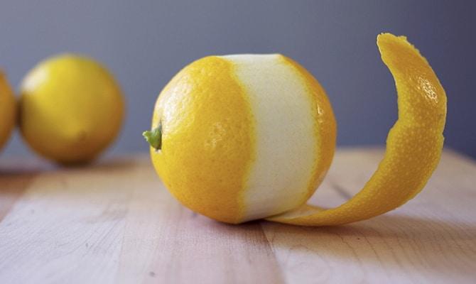 На фото - снятие цедры лимона