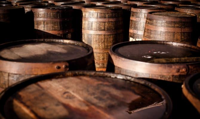 На фото - хранение спиртов в подвалах Balblair