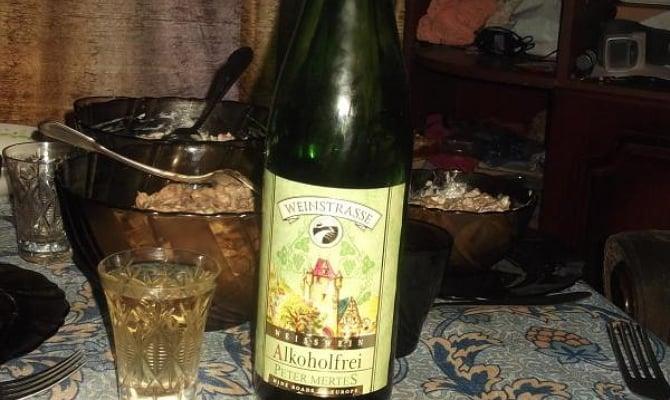На фото - безалкогольное вино Петер Мертес