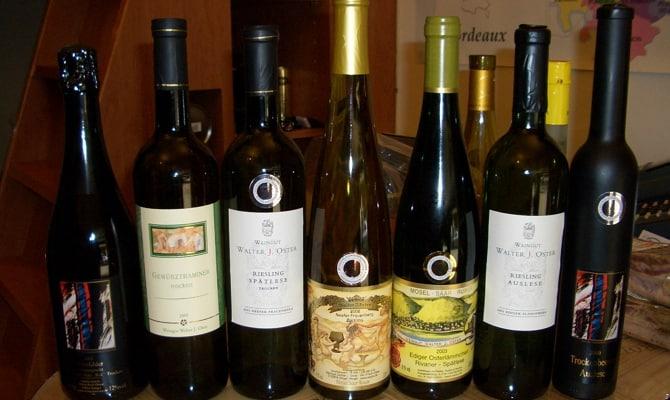 На фото - красное вино серии Turmfalke