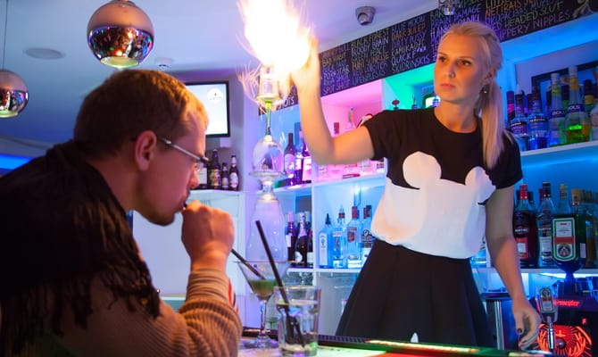 На фото - подогретый абсент коктейля «Flaming Lamborghini»