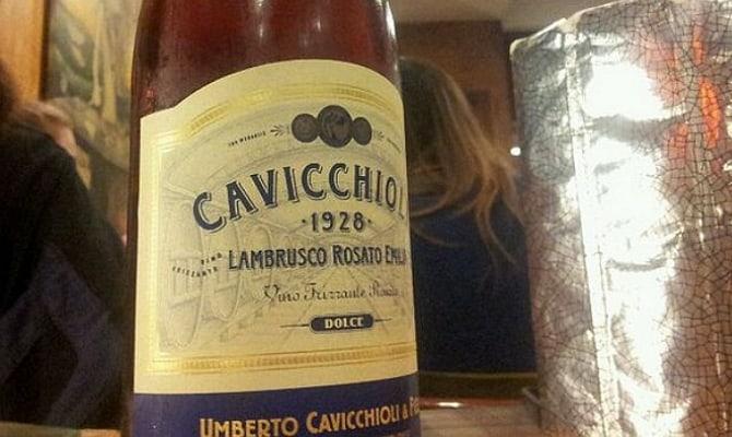 На фото - вино «Lambrusco Rosato della Emilia Cavicchioli»