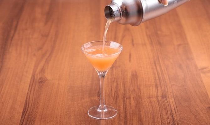 Приготовление коктейля из Мартини