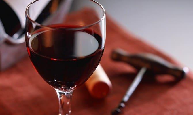 Небольшое количество вина в бокале