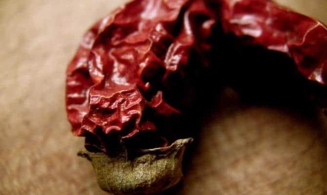 Красный перец против жирных волос
