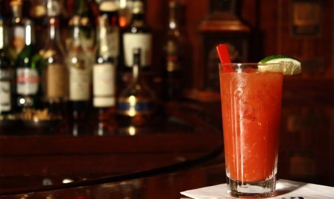 Приготовление коктейля «Кровавая Мери»