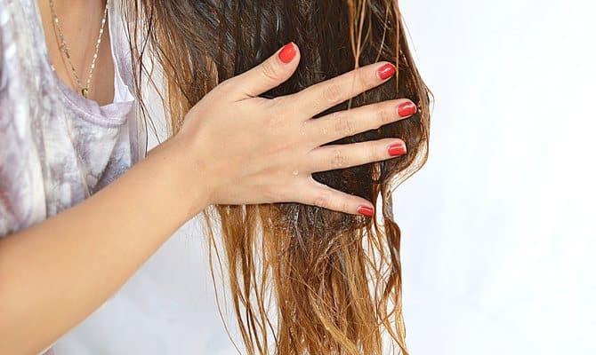 Нанесение маски на кончики волос