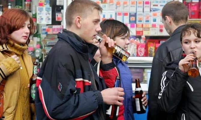 Распитие спиртных напитков несовершеннолетними