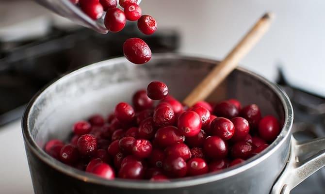 Подготовка ягод клюквы к приготовлению настойки