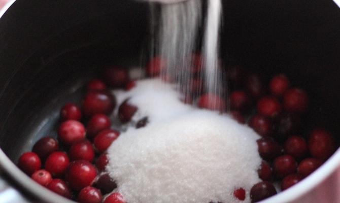 Клюква, посыпанная сахаром