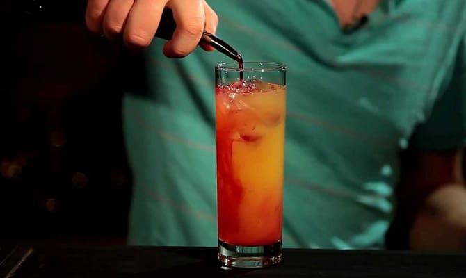Добавление в коктейль сиропа «Гренадин»