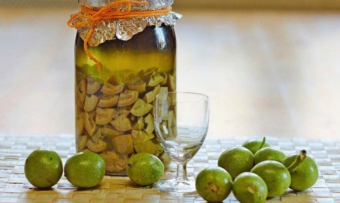 Делаем настойку из грецких орехов на спирте и водке