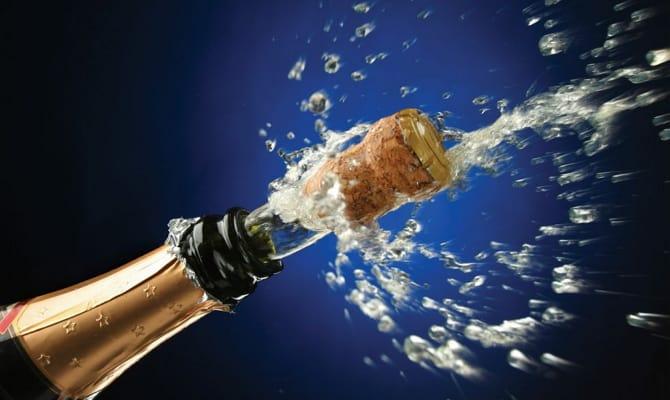 Как открывать шампанское и из чего пить?