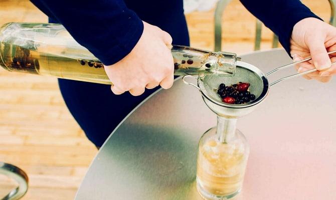 Приготовление ликера и коктейлей на основе джина
