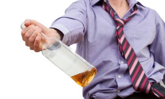 Почему человек начинает пить, и как это влияет на организм?